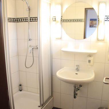 Badezimmer mit Dusche der Kategorie Classic