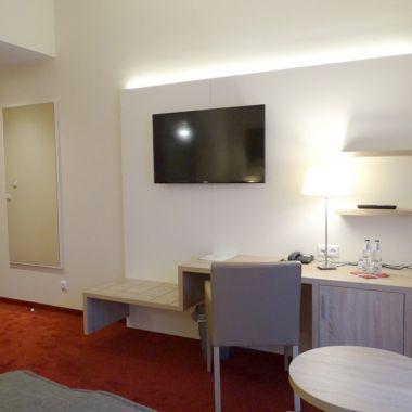 Familienzimmer Comfort: Verbindungstür, Schreibtisch und TV